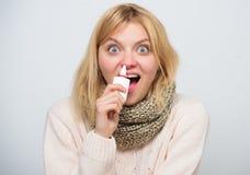 Alergia estacional Mujer linda que cuida frío o alergia nasal Medicación de rociadura de la mujer enferma en nariz Muchacha malsa foto de archivo