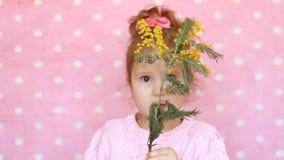 Alergia pollen kwiaty Szczęśliwy dziecko wącha perfumowanie mimoza kwiat i kicha Portret śliczny mały zbiory