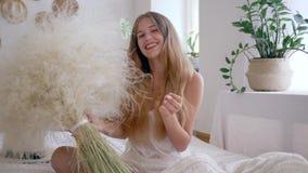 Alergia uwalnia i cieszy się czas wolnego weekend, szczęśliwy dziewczyna chwyta bukiet piórkowe trawy zbiory wideo
