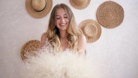 Alergia uwalnia, piękna szczęśliwa dziewczyna z blondynu chwyta bukietem trawa i ono uśmiecha się zbiory wideo