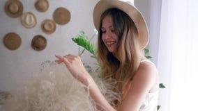 Alergia uwalnia szczęśliwie, zdrowa dziewczyna w słomianym kapeluszu z bukietem piórkowi traw spojrzenia w kamerze zbiory