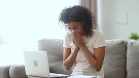 Alergiczny chory afrykański kobieta podmuchowego nosa kichnięcie pracuje od domu zdjęcie wideo