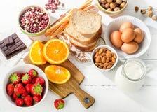 Alergii jedzenia pojęcie Alergiczny jedzenie na białym drewnianym tle Zdjęcie Royalty Free