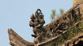 Alero tradicional del tejado de un templo chino metrajes