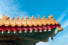 Aleros chinos con el cielo azul Imagenes de archivo