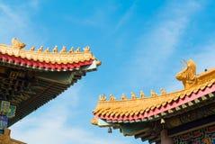 Aleros chinos con el cielo azul Fotos de archivo