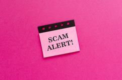 Alerta de Scam na etiqueta imagem de stock