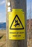 Alerta: peligro de la muerte. Imagen de archivo