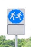 Alerte de marche et fonctionnante de signe en parc public Image stock