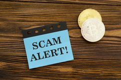 Alerte de Scam sur l'autocollant photos stock