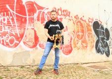 Ales Michl delante de la pared del sgraffito Fotografía de archivo