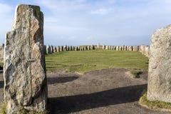Ales stenen, die megalitisch monument in Skane, Zweden opleggen stock foto
