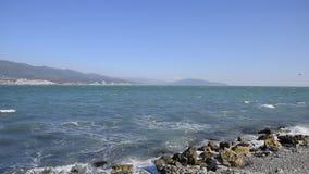 Alesaje de marea Costa en la bahía de Tsemess almacen de video