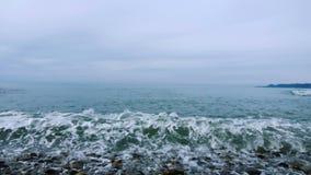 Alesaje de marea Guijarros en la orilla almacen de metraje de vídeo