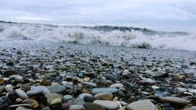 Alesaje de marea Guijarros en la orilla metrajes