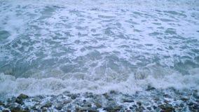 Alesaje de marea Guijarros en la orilla almacen de video
