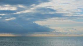 Alesaje de marea La puesta del sol en el mar, los rayos del sol hace su manera a través de las nubes Lapso de tiempo almacen de video