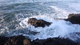 Alesaje de marea Las ondas batieron en las rocas almacen de video