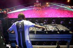 Alesso (DJ sueco y productor electrónico de la música de danza) se realiza en el festival de la BOLA Fotografía de archivo