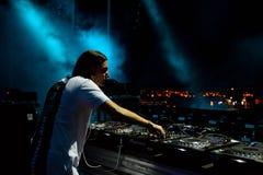 Alesso (DJ sueco y productor electrónico de la música de danza) se realiza en el festival de la BOLA Imagenes de archivo