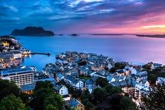 Alesund,挪威的西部海岸的最美丽的镇,在日落以后是梦想的在午夜在夏天 免版税库存图片