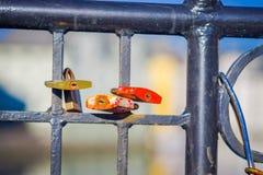 ALESUND,挪威, 2018年4月, 04日:关闭爱数十挂锁在桥梁的 免版税图库摄影