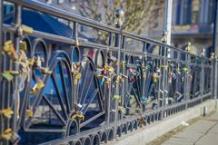 ALESUND,挪威, 2018年4月, 04日:爱数十挂锁室外看法在桥梁的 免版税库存图片