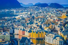 ALESUND,挪威- 2018年4月04日:五颜六色的大厦美好的室外看法从山Aksla的在城市  免版税库存照片