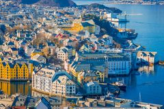 ALESUND,挪威- 2018年4月04日:五颜六色的大厦美好的室外看法从山Aksla的在城市  库存图片