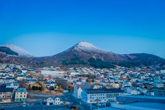 ALESUND,挪威- 2018年4月04日:五颜六色的大厦美好的室外看法从山Aksla的在城市  库存照片