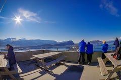ALESUND,挪威- 2018年4月04日:享受看法和拍从鸟` s眼睛视图的未认出的人民照片  免版税图库摄影