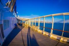ALESUND,挪威- 2018年4月09日:享受看法的室外观点的人在一次Hurtigruten巡航旅行期间,从甲板 库存照片