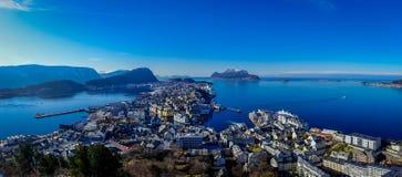 ALESUND,挪威- 2018年4月04日:从Alesund挪威的西海岸的口岸镇鸟` s眼睛视图的 库存图片