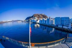ALESUND,挪威- 2018年4月06日:在Alesund挪威的西海岸的口岸镇上看法,对的入口的 免版税库存照片