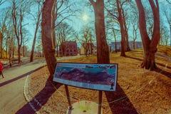 ALESUND,挪威- 2018年4月04日:城市的发行的情报标志地图的,位于一个公园在Alesund 库存照片