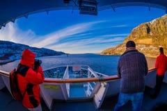 ALESUND,挪威- 2018年4月09日:拍照片的室外观点的未认出的人民在船巡航的frontside  库存照片