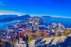 ALESUND,挪威- 2018年4月04日:摆在为从Alesund西部的口岸镇鸟` s眼睛视图的图片的人们  库存照片
