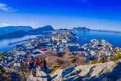 ALESUND,挪威- 2018年4月04日:摆在为从Alesund西部的口岸镇鸟` s眼睛视图的图片的人们  免版税库存照片