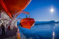 ALESUND,挪威- 2018年4月04日:救生船在船上MS Trollfjord,操作由挪威运输公司 库存图片