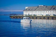 ALESUND,挪威- 2018年4月04日:白色yatch航行室外看法在水中接近Alesund的口岸镇 免版税图库摄影