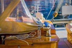 ALESUND,挪威- 2018年4月04日:绳索室外看法与一杯的在小船的瓶在Alesund港在挪威 库存图片
