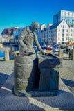ALESUND,挪威- 2018年4月04日:鲱鱼妇女雕象的室外看法在Alesund,挪威 特别是钓鱼 图库摄影