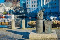 ALESUND,挪威- 2018年4月04日:鲱鱼妇女雕象的室外看法在Alesund,挪威 特别是钓鱼 免版税库存图片
