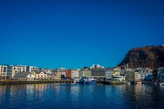 ALESUND,挪威- 2018年4月04日:Alesund挪威的西海岸的口岸镇夏天视图,对的入口的 免版税库存图片