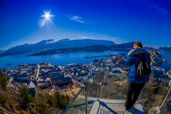 ALESUND,挪威- 2018年4月04日:enjoting从Alesund口岸镇鸟` s眼睛视图的未认出的妇女看法  库存图片