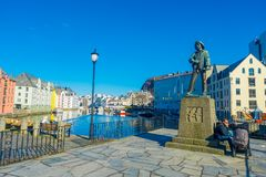 ALESUND,挪威- 2018年4月04日:Skarungen渔夫男孩雕象室外看法,致力捕鱼业 免版税图库摄影