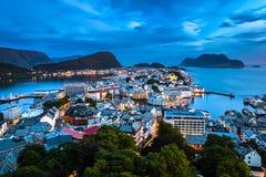 Alesund, самый красивый городок в западном побережье Норвегии, мечтательно во время голубого часа после полночи летом стоковое изображение rf