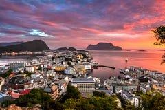 Alesund den mest härliga staden i den västra kusten av Norge, är ursnygg på solnedgången Taget från den monteringsAksla synvinkel royaltyfri bild