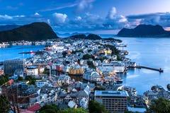 Alesund den mest härliga staden i den västra kusten av Norge under blå timme i sommar Taget från den Aksla synvinkeln royaltyfri foto