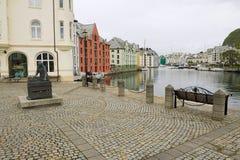 Alesund historiska byggnader och fyrkant i Alesund, Norge Fotografering för Bildbyråer